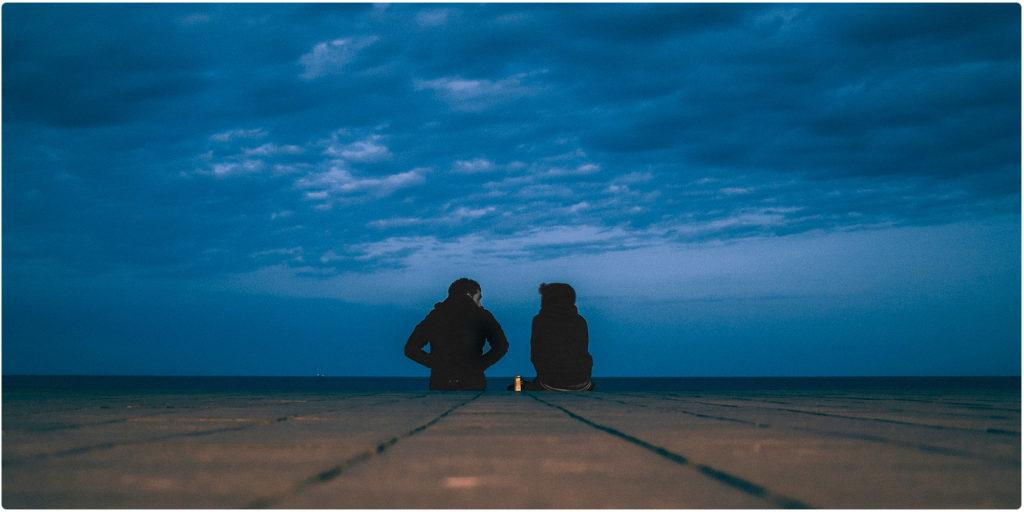 Mann und Frau unterhalten sich über ihre On-Off-Beziehung