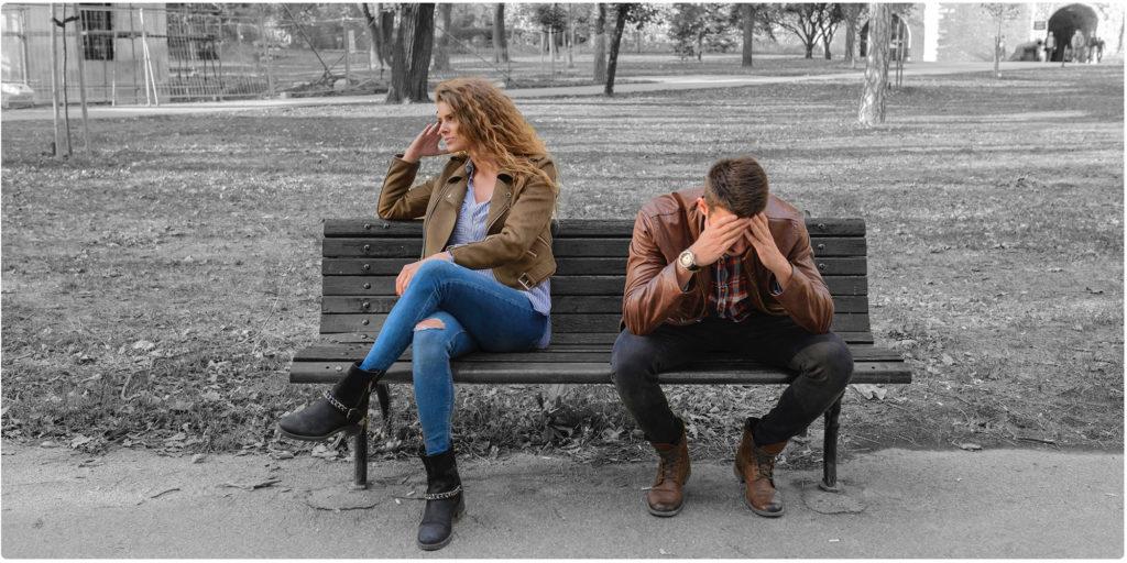 Zerstrittenes Paar sitzt auf einer Bank