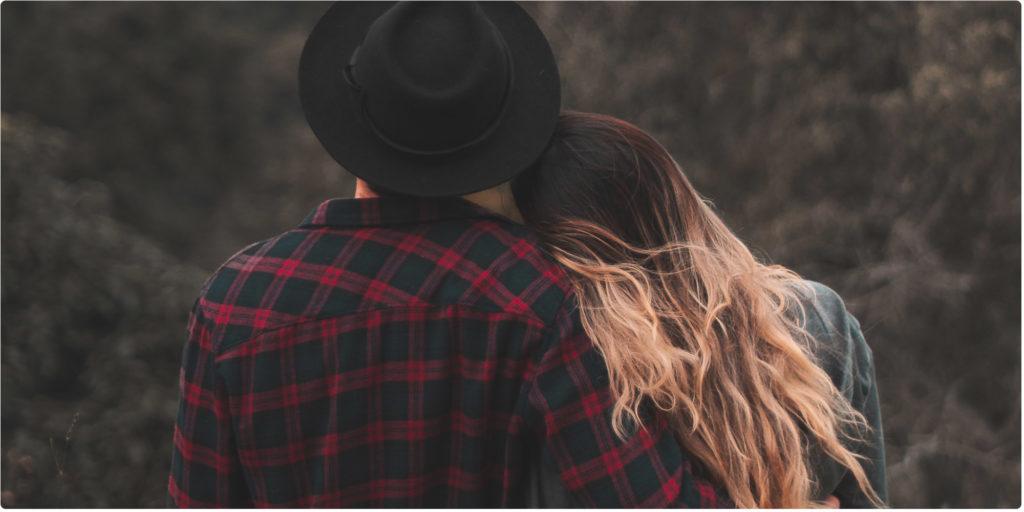Mann und Frau auf Abenteuer