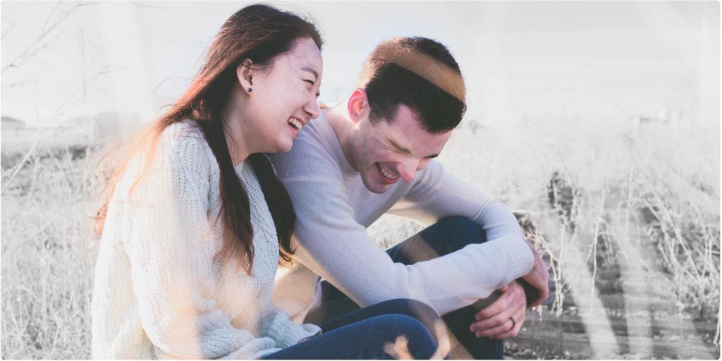 Mann und Frau lachen gemeinsam
