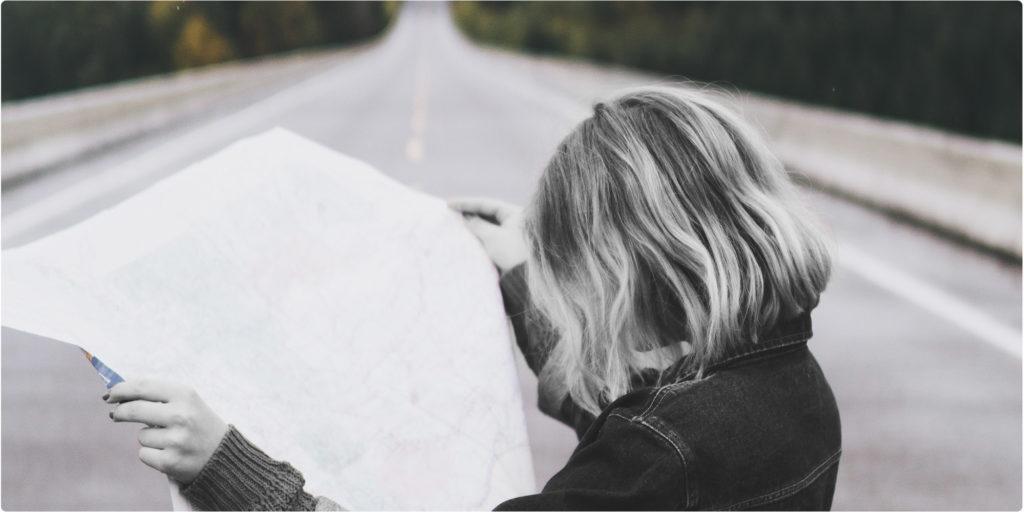 Frau hält eine Landkarte in der Hand