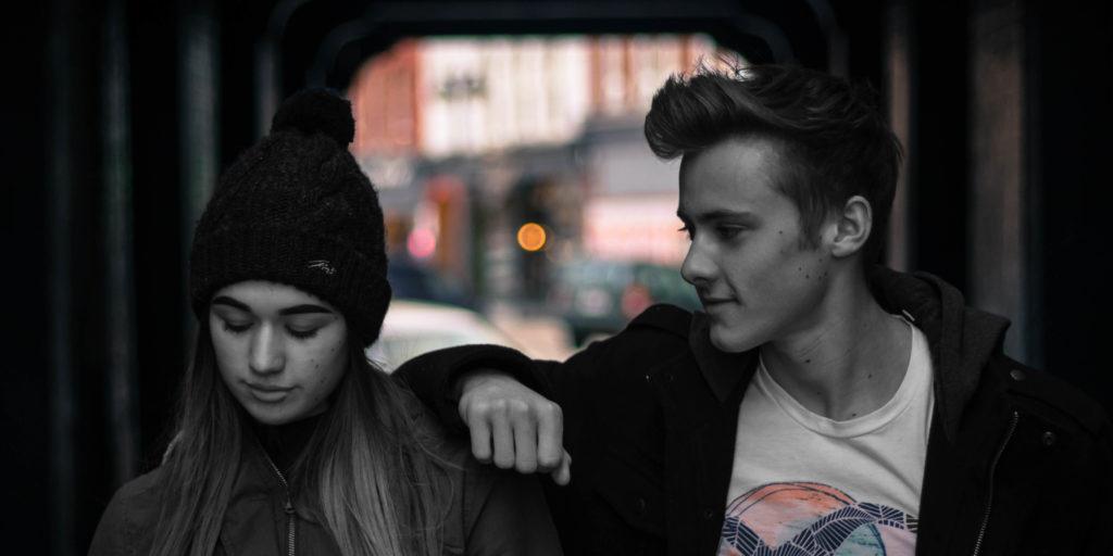 Mann und Frau führen ein Gespräch