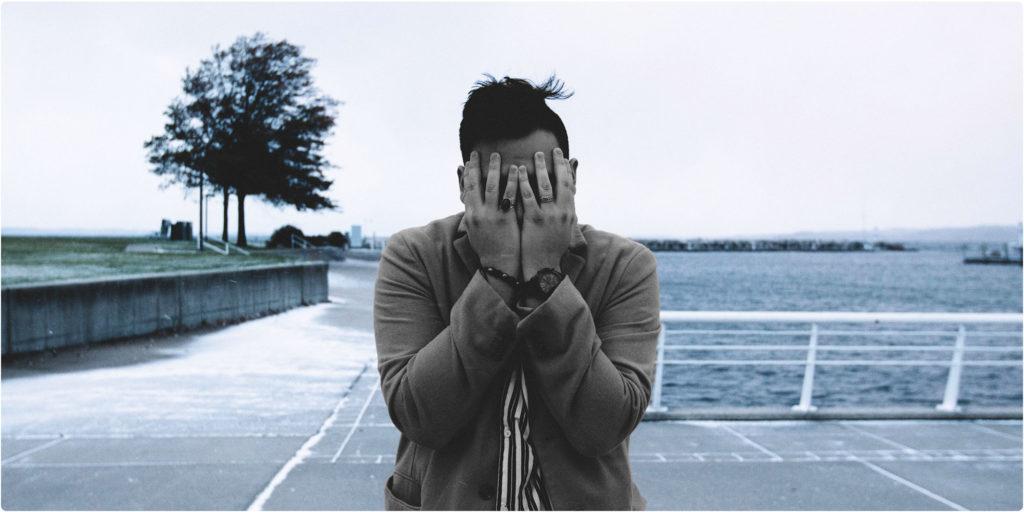 Mann ist sehr traurig