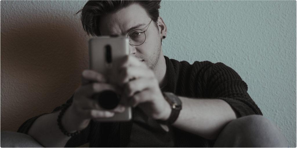 Wütender Mann schaut auf sein Smartphone