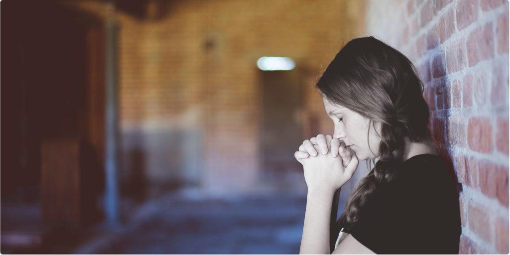 Frau betet und denkt nach