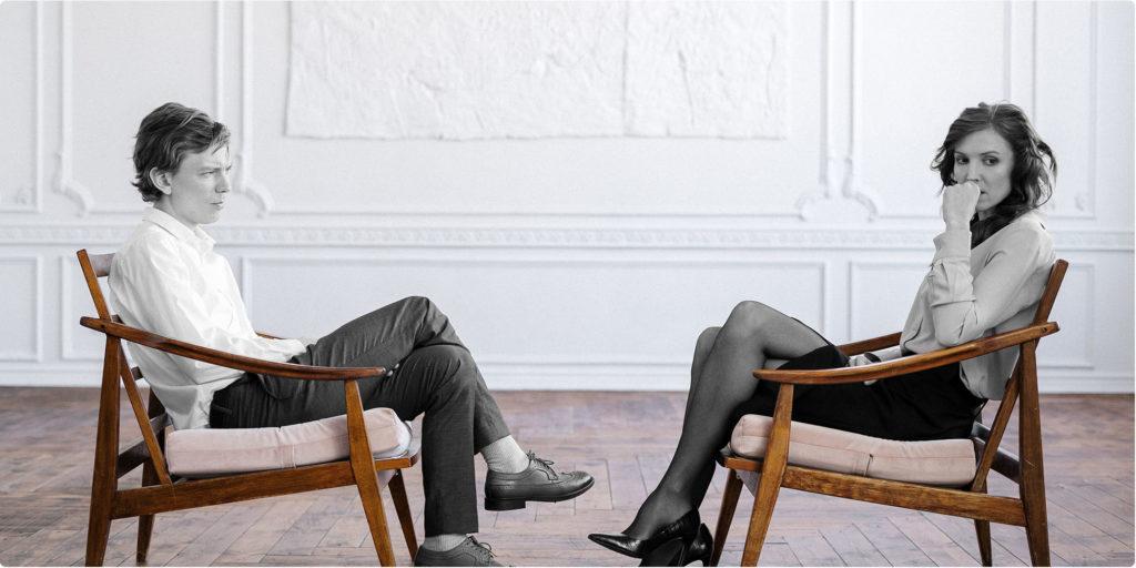 Paar sitzt sich gegenüber