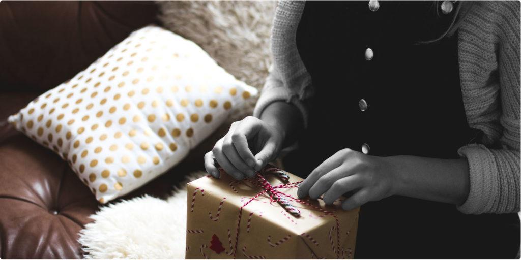 Frau öffnet ein Geschenk